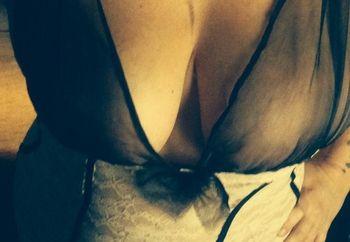 Bored housewife feeling naughty!!