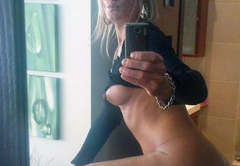 MILF likes taking self-portraits ;-)