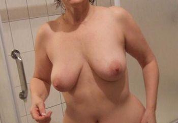 Ma femme dans la salle de bain