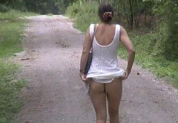 Lucy Auf Einem Waldweg
