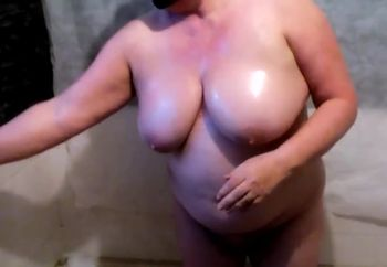 BBW WIFE OILING NAKED